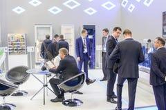 Groupes d'hommes d'affaires à une exposition industrielle image libre de droits