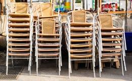 Groupes de chaises empilées et enchaînées ensemble dehors image stock