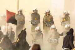Groupes de gauchiste et d'anarchiste cherchant l'abolition de nouvelles prisons maximum de sécurité, opposée avec la police anti- Photo stock