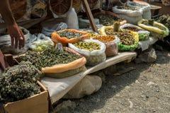 Groupes de guérir les herbes sèches, le lavash aigre et le mortier à vendre photographie stock libre de droits