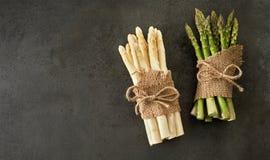 Groupes de lances vertes et blanches fraîches d'asperge Photos libres de droits