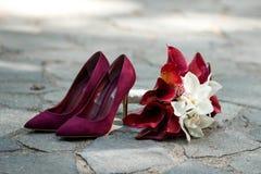 Groupes de mariage Chaussures rouges, épousant le bouquet avec Bourgogne et fleurs blanches Photos stock