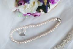 Groupes de mariage Fin de bijoux de perle de mariage vers le haut de la photographie Images stock