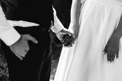 Groupes de mariage Soeurs retenant des mains Amour mariage les détails Tendresse photographie stock libre de droits