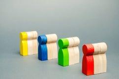 Groupes de personnes en bois multicolores Le concept de la segmentation des marchés Public cible, soin de client Groupe du marché images stock