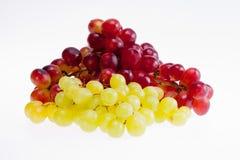 Groupes de raisins rouges et verts d'isolement sur le fond blanc Images libres de droits