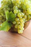 Groupes de raisins verts dans une tasse photo stock