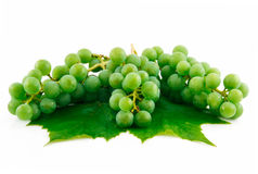 Groupes de raisins verts mûrs avec la lame d'isolement Photo libre de droits