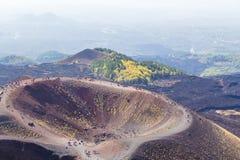 Groupes de touristes marchant le long de la montagne de l'Etna La Sicile, Italie photographie stock