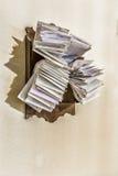 Groupes de vieilles factures et comptes dans les enveloppes originales poussiéreuses photos stock