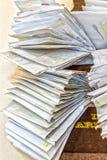 Groupes de vieilles factures et comptes dans les enveloppes originales poussiéreuses image stock