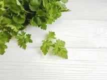 groupes frais de persil sur un fond en bois blanc Images stock