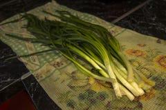 Groupes frais verts d'oignon sur le tabel photos stock