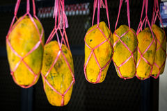 Groupes ou presque mûr du fruit de papaye en ventes Photographie stock