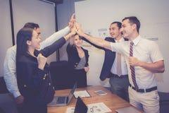 Groupez l'équipe asiatique de personnes d'affaires avec le geste de succès donnant salut cinq lors de la réunion, accord photographie stock libre de droits