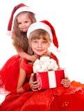 Groupez l'enfant dans le chapeau du père noël avec le cadre de cadeau rouge. Image libre de droits