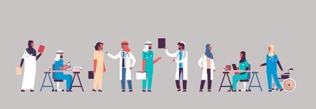 Groupez la communication d'hôpital de médecins de l'arabe faisant à des expériences scientifiques les travailleurs médicaux diver illustration libre de droits