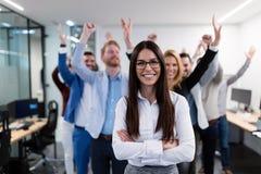 Groupez la photo de l'équipe d'affaires posant dans le bureau Photo stock