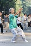 Groupez la pratique Tai Chi en parc de Ritan, Pékin, Chine Image stock