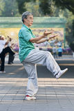 Groupez la pratique Tai Chi en parc de Ritan, Pékin, Chine Images stock