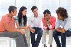 Groupez la thérapie en session se reposant en cercle Photos libres de droits
