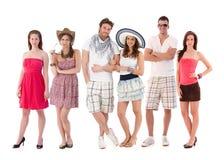 Groupez la verticale des jeunes dans le vêtement d'été Images libres de droits