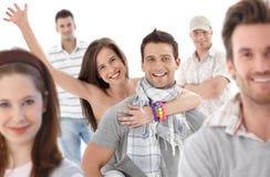 Groupez la verticale des jeunes heureux Image libre de droits