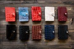 Groupez le portefeuille coloré de peau en cuir sur le fond en bois Images libres de droits
