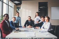 Groupez le portrait d'une équipe professionnelle d'affaires regardant avec confiance l'appareil-photo photo stock