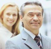 Groupez le portrait d'une équipe professionnelle d'affaires regardant avec confiance l'appareil-photo Image stock