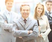 Groupez le portrait d'une équipe professionnelle d'affaires regardant avec confiance l'appareil-photo Photographie stock libre de droits