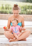 Groupez le portrait de la fille caucasienne blanche de mère et de bébé faisant le yoga d'exercices de santé physique se reposant  Photo stock