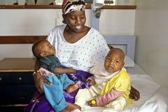 Groupez le portrait de la mère kenyane fière avec des enfants Image libre de droits