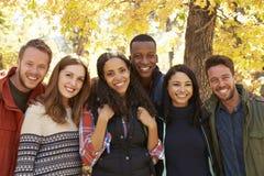 Groupez le portrait de six amis heureux dans un arrangement de forêt Images libres de droits