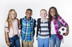 Groupez le portrait des enfants préadolescents d'école souriant sur un fond blanc photo libre de droits