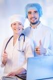 Groupez le portrait des médecins se tenant dans l'hôpital photographie stock