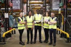 Groupez le portrait du personnel d'entrepôt se tenant dans le lieu de travail photos stock