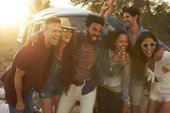 Groupez le tir des amis sur un voyage par la route posant ensemble Photo stock