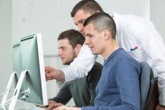 Groupez les étudiants avec le professeur dans le classrom de laboratoire d'ordinateur Images stock
