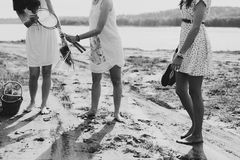 Groupez les amies d'og parlant en parc, jour ensoleillé d'automne Photo libre de droits
