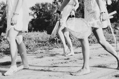 Groupez les amies d'og parlant en parc, jour ensoleillé d'automne Image stock