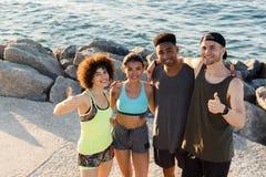 Groupez les amis de sourire heureux de PF dans la position de vêtements de sport Images libres de droits