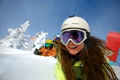Groupez les amis heureux ayant l'amusement à la station de sports d'hiver de Sheregesh Image stock