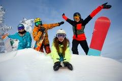 Groupez les amis heureux ayant l'amusement à la station de sports d'hiver de Sheregesh Photographie stock libre de droits