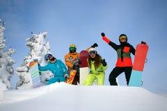 Groupez les amis heureux ayant l'amusement à la station de sports d'hiver de Sheregesh Photos stock
