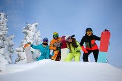 Groupez les amis heureux ayant l'amusement à la station de sports d'hiver de Sheregesh Photo libre de droits