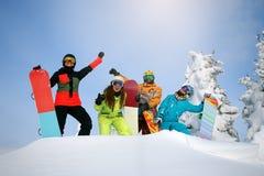 Groupez les amis heureux ayant l'amusement à la station de sports d'hiver de Sheregesh Photos libres de droits