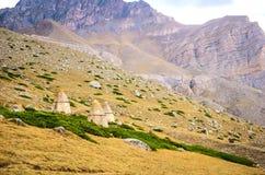 Groupez les cryptes sur un flanc de coteau en canyon de Chegem Photographie stock libre de droits