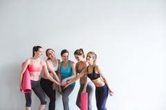 Groupez les femmes de sourire après la formation dans le studio de forme physique Photo stock