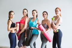 Groupez les femmes de sourire après la formation dans le studio de forme physique Photographie stock